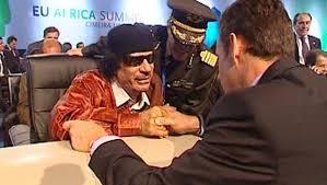 1 - 8 Déc 2007 - Sommet de Lisbonne - Nicolas Sarkozy serre la main à Muammar Gaddhafi
