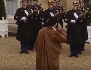 XIII 4 - Le Colonel Gaddhafi salue la Garde républicaine, 10 décembre 2007