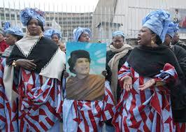 XVI 1 - Devant l'UNESCO, à Paris, 11 décembre 2007 - Acclameraient-elles Muammar Gaddhafi s'il était un dictateur...