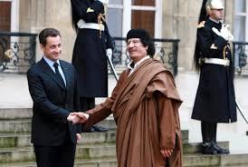 XXI 5 - Nicolas Sarkozy et Muammar Gaddhafi, à Paris, déc. 2007 ; guerre contre la Libye, assassinat du Guide en oct. 2011