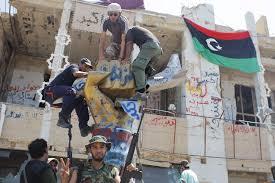 XXXI 5 - Des rebelles libyens détruisent le Monument de la Souffrance du peuple libyen,bombard.ts anglo-saxons 1986, 2011