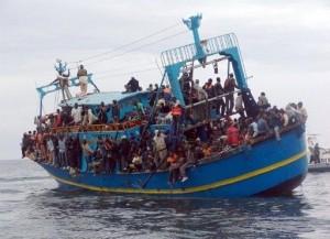 XXXVI 1 - Un bateau en difficulté, chargé de migrant(e)s qui fuient la guerre en Libye