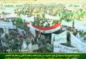 XXXVII 4 - Manifestation à Sebha, 8 jlt 2011, drapeaux de la RAL, de la GJALPS ; ils réapparaîtront)