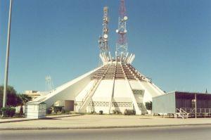 III 10 -Bât.t de l'Ass. du Peuple, Syrte, construit sur le modèle des tentes bédouines blanches
