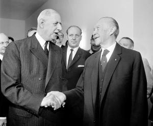 Alt-Bundeskanzler Dr. Konrad Adenauer (r) erhielt am 12. Juni 1965 in Bonn Besuch vom französischen Staatspräsidenten Charles de Gaulle (l). Adenauer, ehemals Kölner Oberbürgermeister, wurde am 15. September 1949 erster Bundeskanzler der Bundesrepublik Deutschland. Nach zwei weiteren Wahlsiegen 1953 und 1957 trat