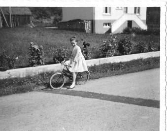 128 - FP, 11 ans, en 1965, devant la murette de la maison - Copie (4)